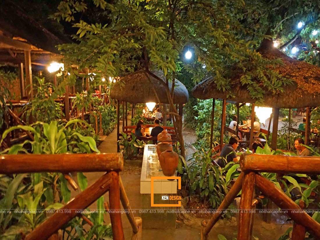 Thiết kế nhà hàng giá rẻ phong cách sân vườn